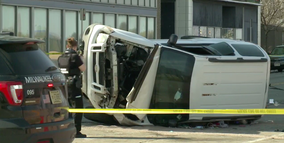 Milwaukee police squad struck in crash, 5 injured