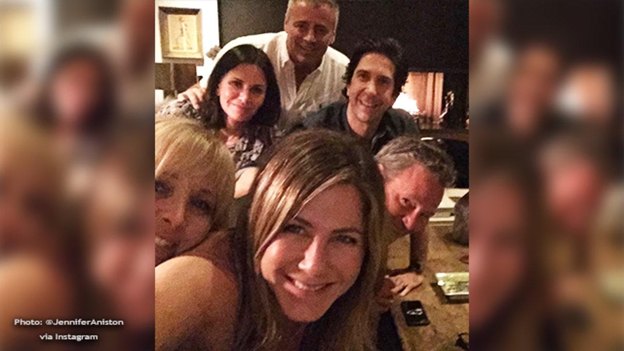 Hi Instagram Jennifer Aniston Shares Selfie Of Friends Cast In Debut Instagram Post