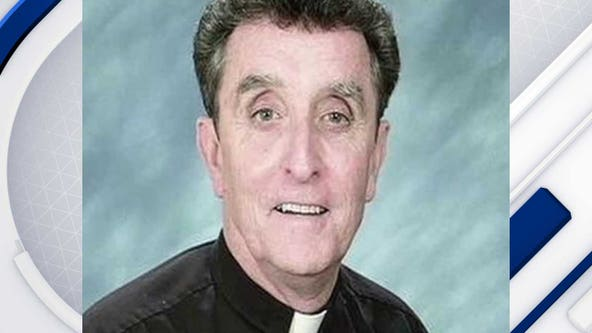 Former Arizona priest indicted on sex assault charges dies