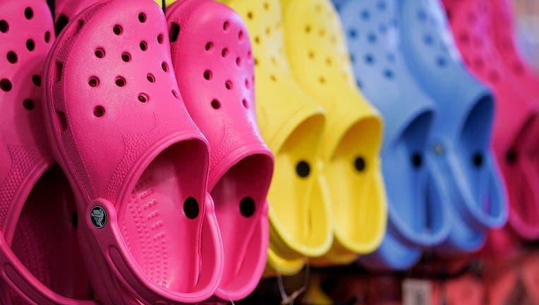 Crocs está regalando miles de pares de zapatos a los trabajadores de la salud en los Estados Unidos