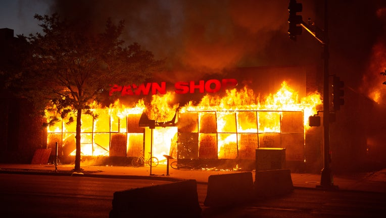1d3eb5d6-US: Protestors set fire to Minneapolis police precinct