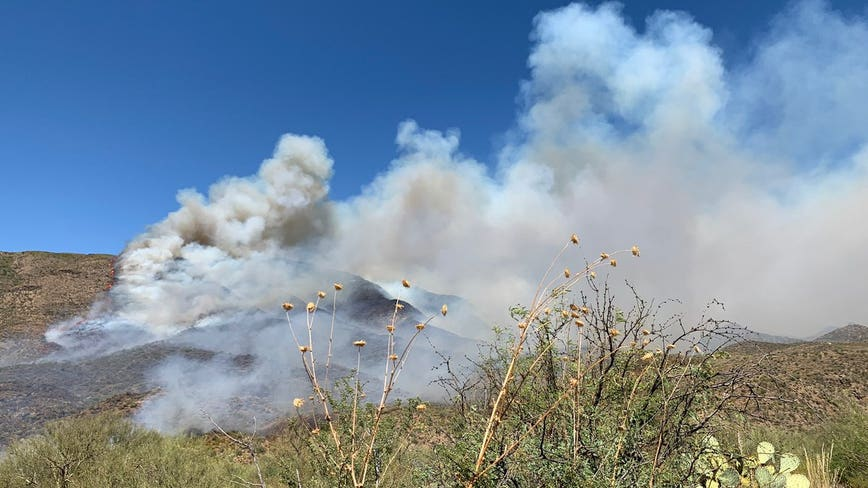 Arizona fire crews responding to brush fire burning near I-17 and Sunset Point