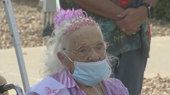 WWII veteran celebrates her 100th birthday in Phoenix with family, parade