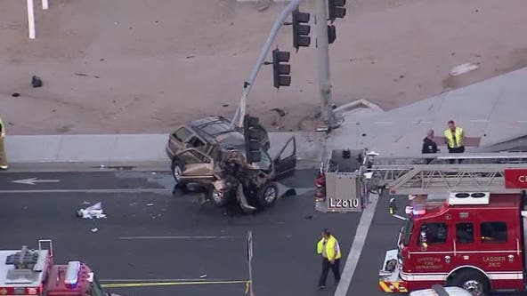 Police: 1 dead after car crashes into traffic light in Chandler