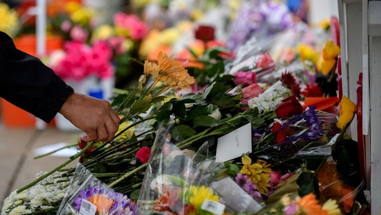 50cbebdc-GETTY_pittsburgh_synagogue_shooting_memorial_110418-401096