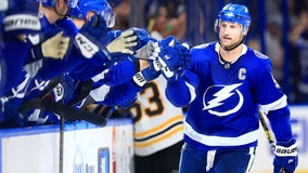 Stamkos scores 2, leads Lightning past slumping Bruins 3-2