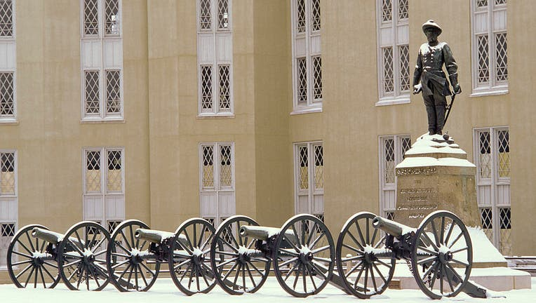 Virginia, Lexington, Stonewall Jackson Statue And Cannons At Virginia Military Institute.