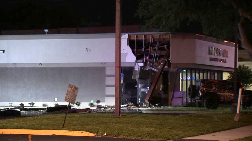 Vehicle crashes into Tampa jewelry store