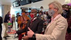 Tampa, Kansas City mayors exchange gifts, one-liners during pre-Super Bowl meeting