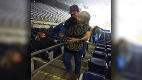 Man carries woman who was struggling to use stairs at RodeoHouston