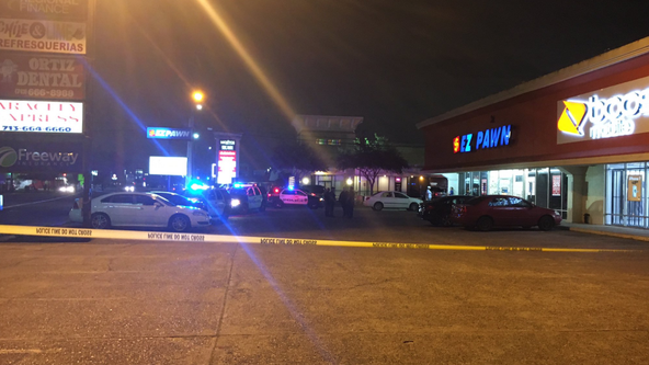 Man with concealed handgun injured while trying to prevent robbery at Bellaire pawn shop: HPD