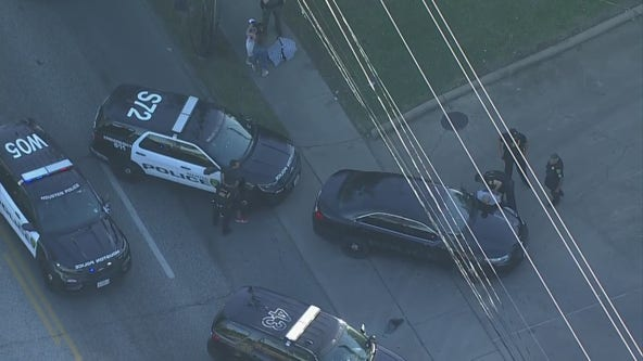 Police chase in SE Houston ends, at least two people handcuffed at the scene