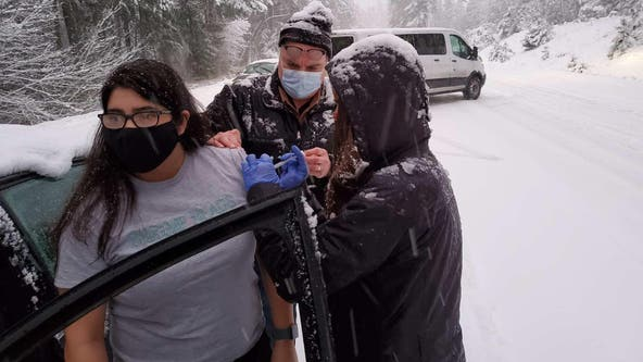 Oregon health workers vaccinate drivers while stranded by snow