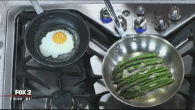 Asparagus with garlic, egg and hot sauce yogurt recipe