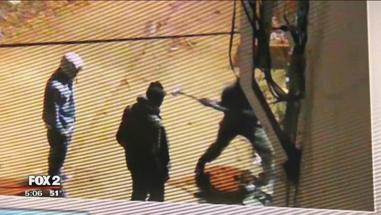 8991b3f7-Thieves_use_sledgehammer_to_rob_Detroit__0_20170307223805
