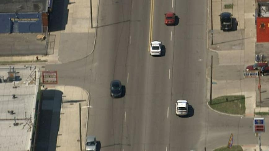 Detroit Police chas suspect on west side with possible child in the car