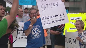 Large crowd protests for GM to bring back the Saturn car brand in front of Ren Cen