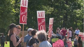 Oakland University professors protest amid negotiations on first day of fall semester