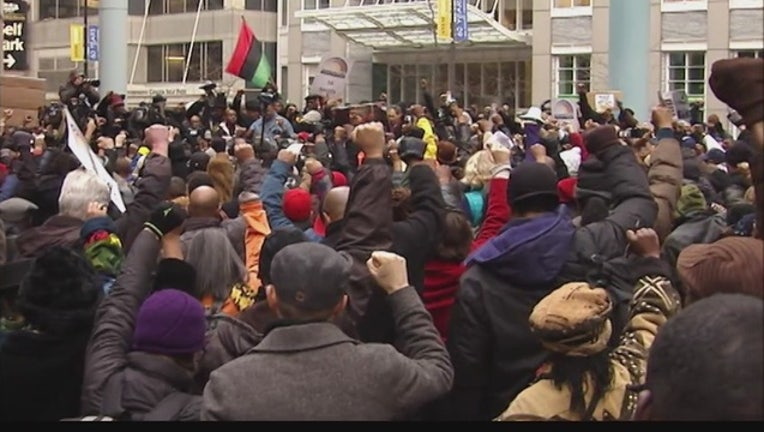 3fce86f1-Chicago_protests_continue__federal_inves_1_20151207034246