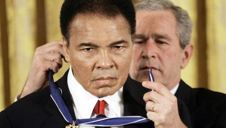 7e4c6fe3-Muhammad Ali receives the Medal of Freedome from President George W. Bush