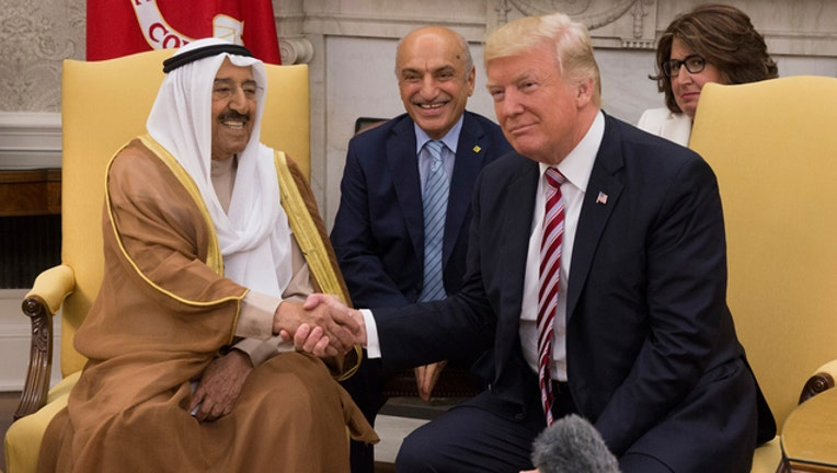 a1e7ecf9-Trump meets with Emir of Kuwait (GETTY IMAGES)-401720