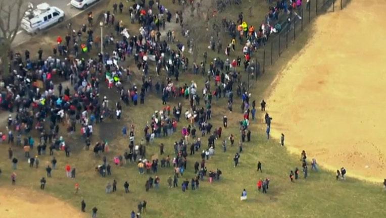 cf4bed8c-crowds-immigrants_1487265073156.jpg