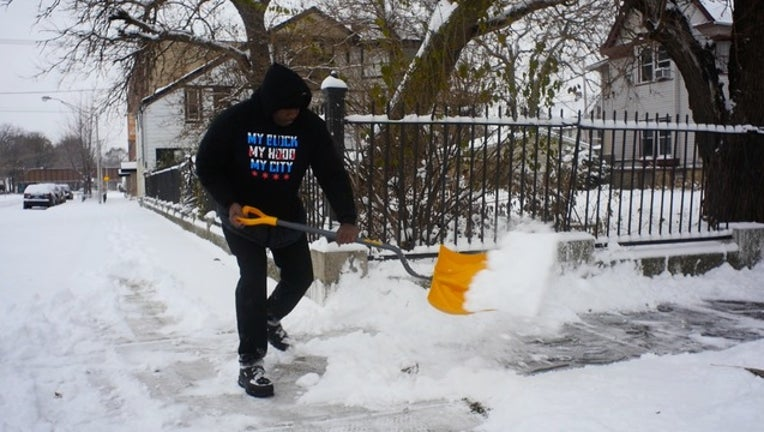 fa8997a1-Volunteers spend their Sunday shoveling snow for strangers