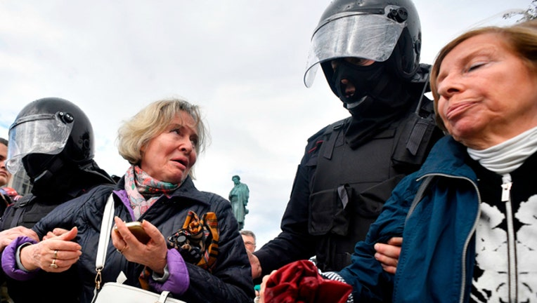 25a512dd-GETTY Riot police detain pro-democracy protesters in Moscow