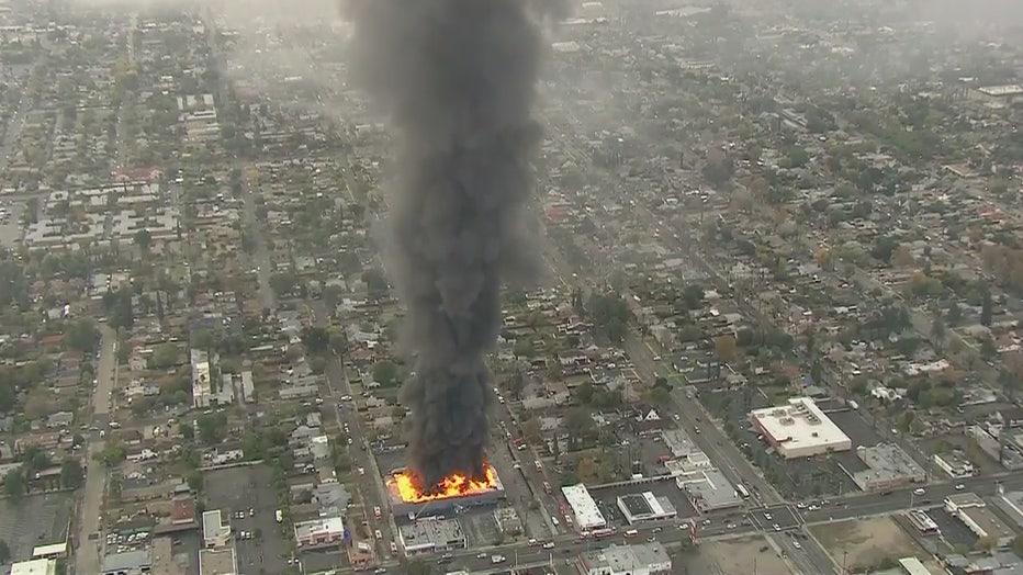 Massive-flames-erupt-in-commercial-building-fire-in-San-Bernardino-2.jpg