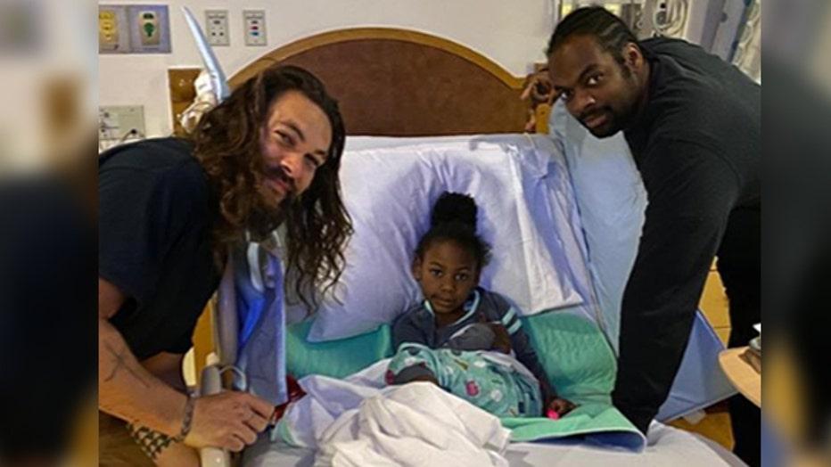 5862aff7-jason-Momoa-Pittsburgh-childrens-hospital3.jpg