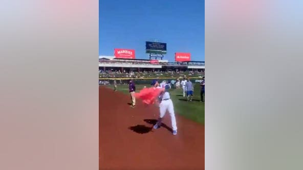 'It's a girl!' Chicago Cubs infielder helps with couple's gender reveal