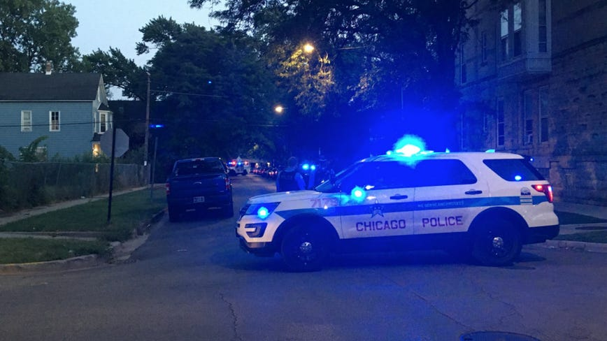 Logan Square man sets off SWAT standoff after threatening cops he wound get gun: police