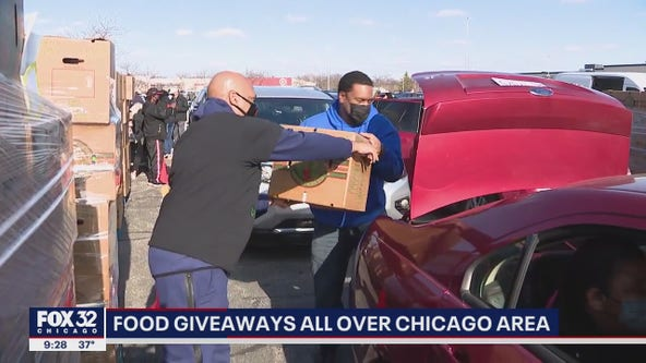 Volunteers hand out free food in Chicago area for Thanksgiving