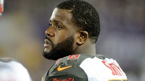 Buccaneers re-sign LT Smith for 3 years, $41.25 million