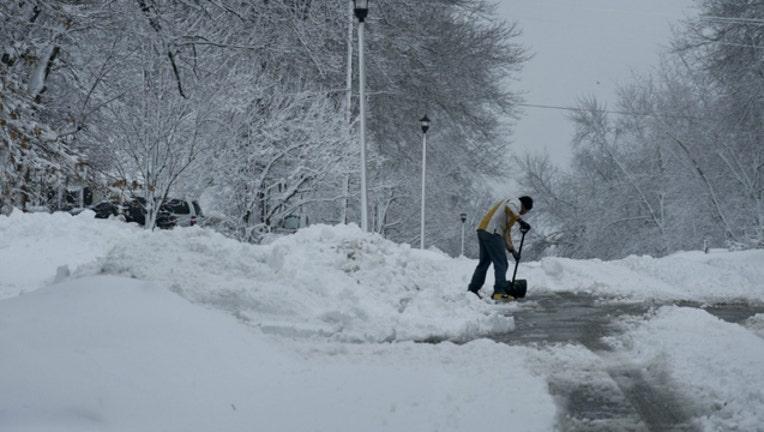 1770d2a7-snow shoveling-404023.jpg