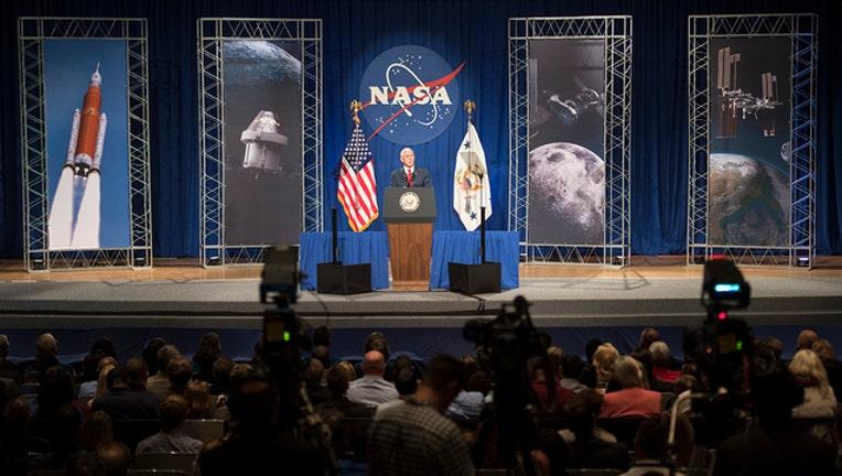 6ce5f4b1-VP Pence Visits Johnson Space Center_1549599046197