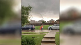 Teacher warns parents as tornado nears pickup line