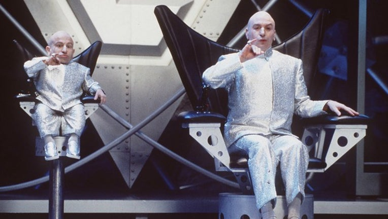 GETTY Verne Troyer and Mike Meyers in Austin Powers-404023