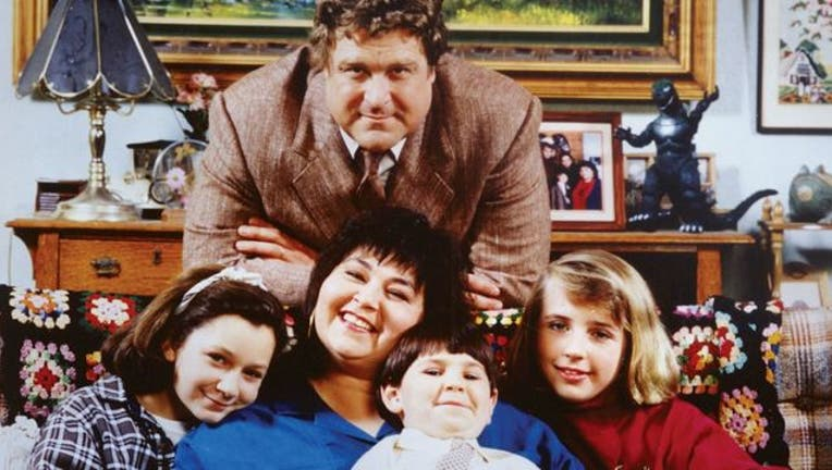 Roseanne Barr and John Goodman with cast of Roseanne-404023