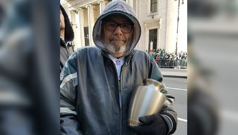 Eagles fan brings wife's ashes-401096