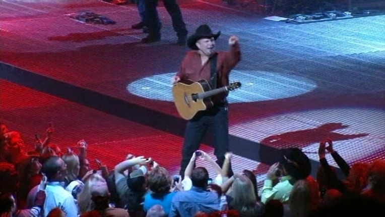 acce6654-V-GARTH BROOKS AT THE AAC.t_1442502613755.jpg