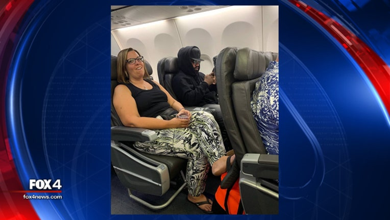 054d0d12-Ezekiel Elliott on plane