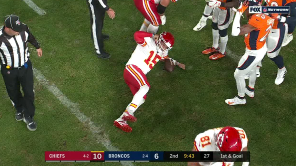 Chiefs' Patrick Mahomes injures right knee against Broncos