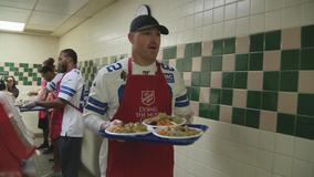 Dallas Cowboys serve Thanksgiving meals at Salvation Army