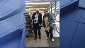 Fan gets a picture with Cowboys owner Jerry Jones after spotting him at a Prosper gas station