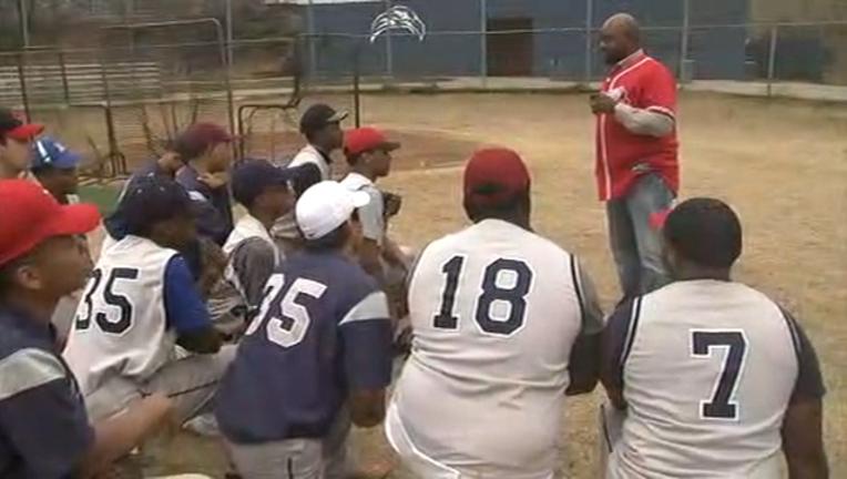 1e2c4ae0-Marquis Grissom speakes to high school baseball players