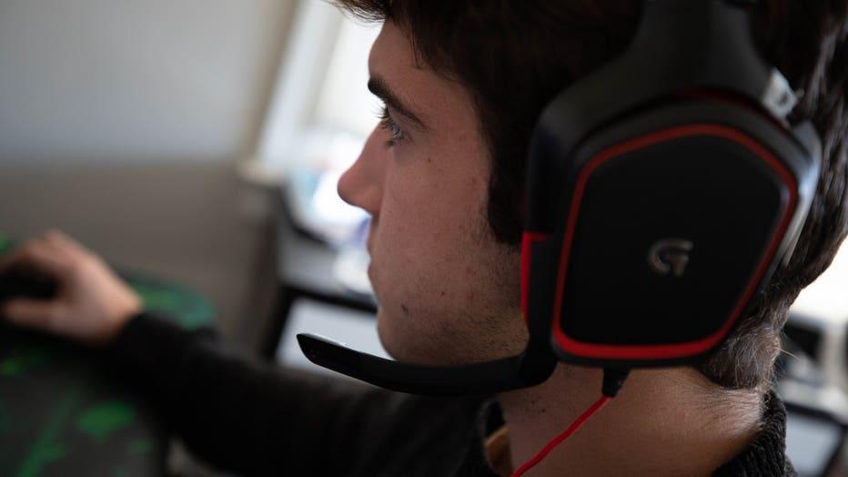 Elliot Willner plays videogames