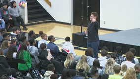 First player with one hand to earn D1 basketball scholarship visits Cobb County school