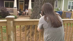 Kirkwood photographer offering free 'porch portraits' while social distancing