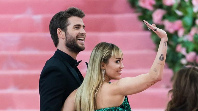 8796d8cf-GETTY Liam Hemsworth and Miley Cyrus-404023